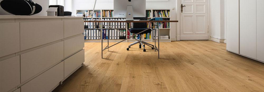 Büro mit edlen Möbel und XXL-Parkett